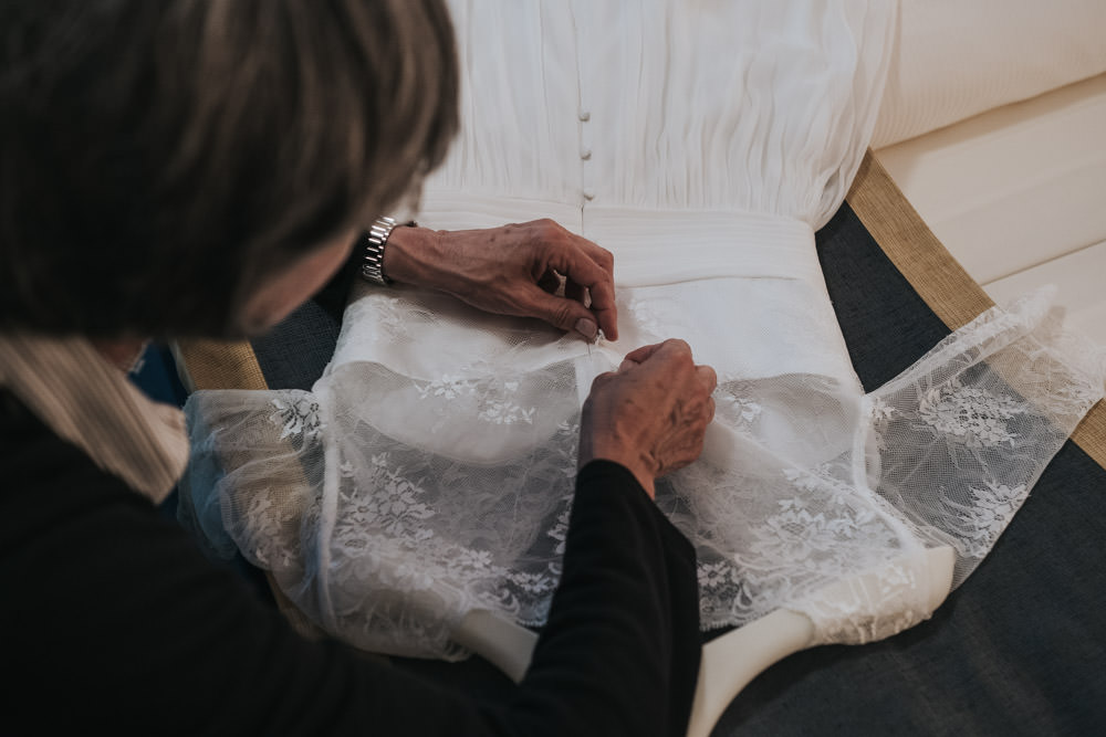 Braut beim Getting Ready Hochzeit Rittergut Orr
